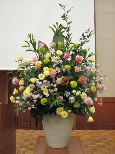 名古屋市千種区の花屋グラッシーの講演会演壇の装花hoshoC101118