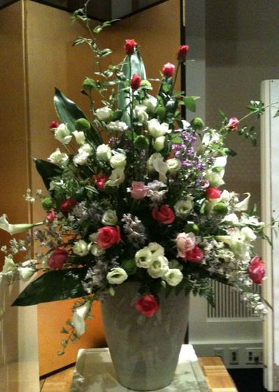 名古屋市千種区の花屋グラッシーの講演会演壇の装花hoshoC101029